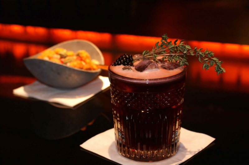 Cocktails und Fingerfood in bester Qualität. (Foto: Harrys New York Bar)
