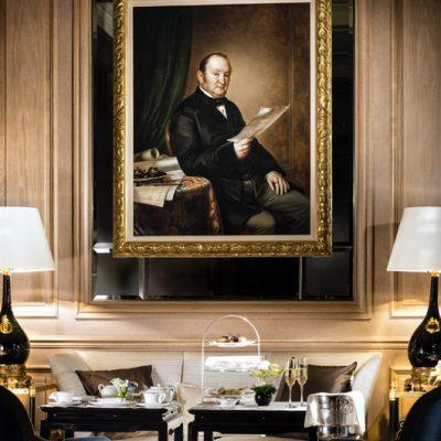 Beim Afternoon Tea wacht Gründer Johannes Baur auf einem Gemälde über seine Gäste. (Foto: Baur au Lac)