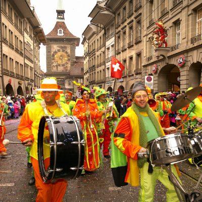 … und zur Berner Fasnacht von Jecken umzingelt wird. (Foto: Bern Tourismus)