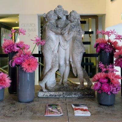Bunte Blumen bringen Frische und Farbe in die Villa.