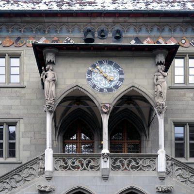 Die Südfassade des Rathauses: Die linke Seite der Treppe steht mit der Engelsfigur für Wahrheit, die rechte Seite mit dem Satan für Lüge.