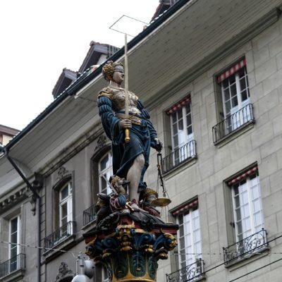 … mit der Statue der Justitia.