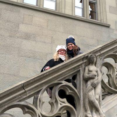 Auf der Treppe des Rathauses…