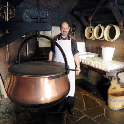 Der Käser Stefan Fluri zeigt uns mit viel Leidenschaft die Herstellung von Käse.
