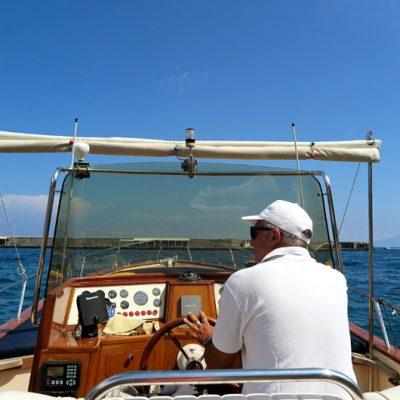 Mit Kapitän Mario stechen wir in See.