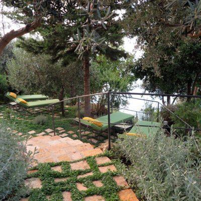 Das Hotel hat einen wunderschönen Garten, in dem es viele Rückzugsorte gibt.