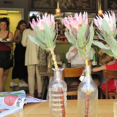 Blick ins Café des Artisans.