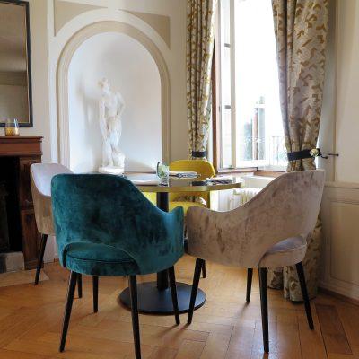 Designstühle in der Brasserie de Petit Manoir.