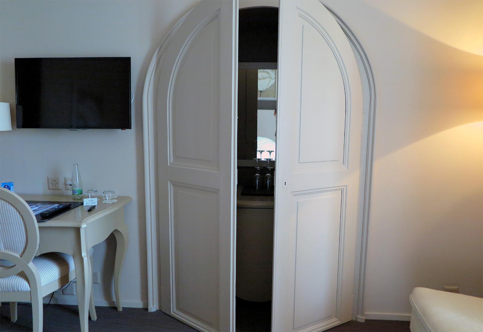 Im Hotelzimmer: Hier wird geschickt die Minibar versteckt. – Cohoba