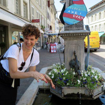 Sabine Neddermeyer (Autorin des Looping Magazins) gönnt sich eine kleine Erfrischung am Brunnen.