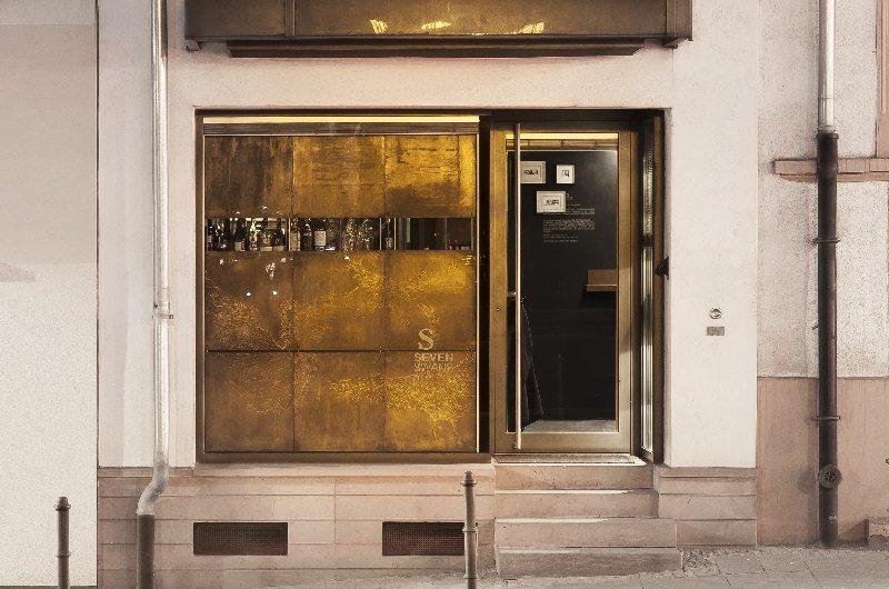 Was sich wohl hinter dieser schmalen Tür alles verbirgt? (Foto: Seven Swans)